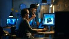 image représentant deux personnes étudiants devant un ordinateur sur un projet de robotique